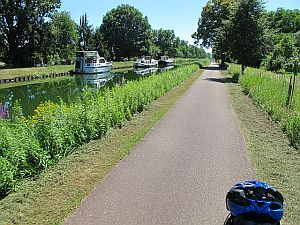 The bicycle path along the Rhine Canal